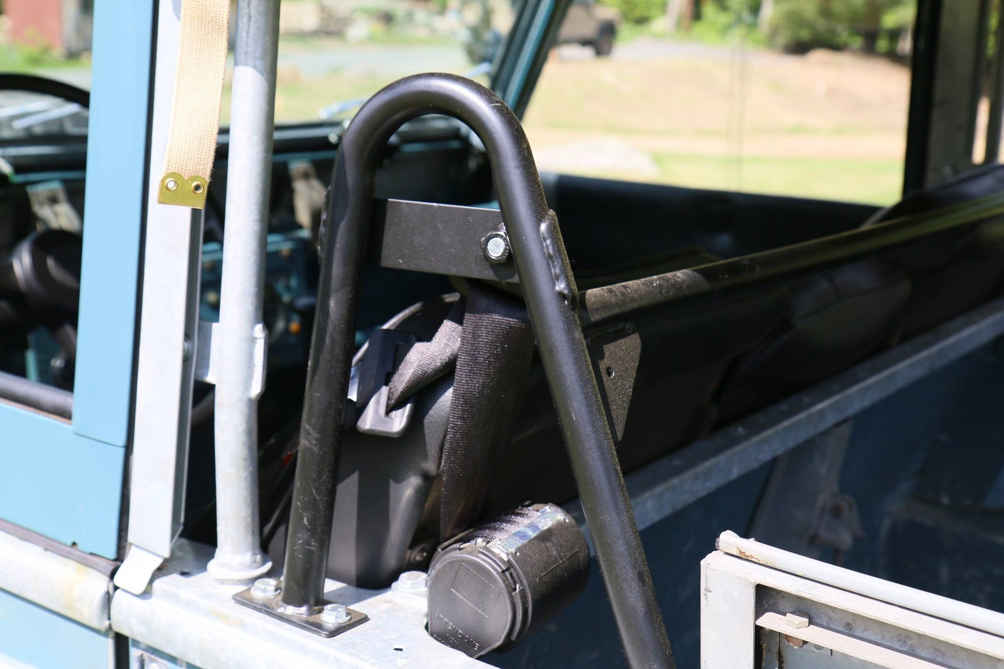 A seat belt bar is installed so that Defender shoulder harness seat belts can be used.